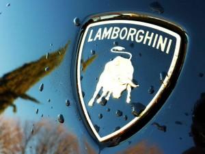 Le logo Lamborghini posé sur la Superleggera