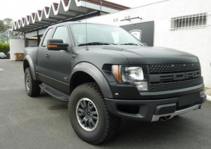 Ford F-150 Raptor avec un covering mat