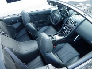L'Aston Martin DBS Volante dispose d'un intérieur sportif et raffiné