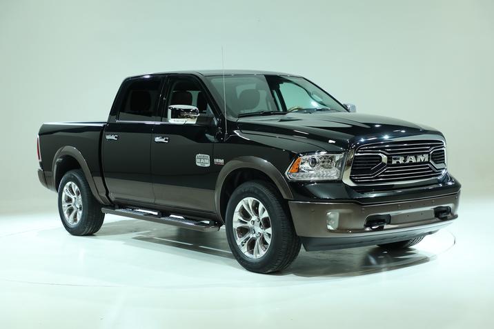 Le nouveau Dodge RAM Laramie Longhorn et son bas de caisse brun clair.